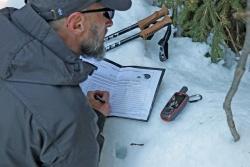 Um die gefundenen Proben zuordnen zu können, werden bei jedem Fund die Koordinaten notiert. (Foto: Gregor Wolf/Nationalpark Bayerischer Wald)