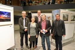Bei den Schöpfern der Woidbuidl, Stefan Sempert (links), Steffen Krieger (3.v.l.) und  Fritz Eichmann (2.v.r.) bedankten sich das Haus-zur-Wildnis-Führungsduo Katharina Ries und Reinhold Weinberger. (Foto: Gregor Wolf/Nationalpark Bayerischer Wald)
