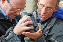 Der Südafrikaner Michael Wingfield (links) und der Amerikaner Richard Hofstetter nehmen ein Stück Borkenkäfer-Rinde unter die Lupe. (Foto: Gregor Wolf/Nationalpark Bayerischer Wald)