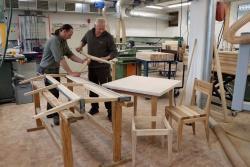 Derzeit arbeiten Hans-Georg Simmet (rechts) und Martin Pauli an den Bänken für die Racheldiensthütte. Auch Tische, Stühle und Hocker zimmern Nationalpark-Mitarbeiter in Eigenregie. (Foto: Gregor Wolf/Nationalpark Bayerischer Wald)