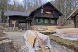 Wanderer erkennen derzeit auch von außen, dass an der Racheldiensthütte fleißig gearbeitet wird. (Foto: Franz Leibl/Nationalpark Bayerischer Wald )