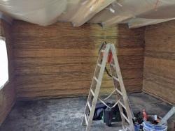 Im Inneren der Racheldiensthütte laufen derzeit die Vorarbeiten für das Verputzen. Bis Ende Mai soll dann der Estrich ausgebracht sein. (Foto: Rafael Galwas/Staatliches Bauamt Passau)