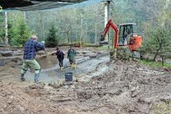 """Der Teich in der Großvoliere """"Vögel am Waldrand"""" war undicht, so dass er ein Betonfundamt bekommen hat. (Foto: Gregor Wolf/Nationalpark Bayerischer Wald)"""