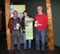 Viele Spannende Angebote für Touristen und Einheimische stecken im neuen Führungsprogramm des Nationalparks, welches Frauenaus Bürgermeister Herbert Schreiner (links) von den Nationalpark-Mitarbeitern Petra Jehl und Lukas Laux vorgestellt bekam. (Foto: Elke Ohland/Nationalpark Bayerischer Wald)
