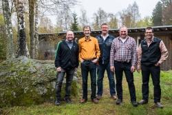 Die bei der Personalversammlung geehrten Mitarbeiter Kurt Moser (links), Max Kufner (Mitte) und Martin Degenhart (2.v.r.) mit Personalratsvorsitzendem Hans Höcker (rechts) und stellvertretendem Nationalparkleiter Jörg Müller. (Foto: Rainer Simonis/Nationalpark Bayerischer Wald)