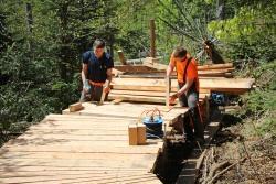 Maximilian Faschingbauer und Johannes List, Azubis beim Nationalpark, beim Bau der mittlerweile fertiggestellten Plattform nebst Bohlensteg. (Foto: Elke Ohland/Nationalpark Bayerischer Wald)