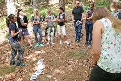 Welche Aktionen die Nationalpark-Umweltbildung für Schulklassen parat hält, erkundeten 13 angehende Lehrer bei einer Fortbildung rund ums Haus zur Wildnis. (Foto: Kristina Wenzl/Nationalpark Bayerischer Wald)