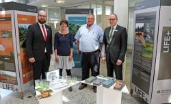 Eröffneten die Ausstellung zum LIFE+ Projekt: Markus Roth (Sparkasse), Claudia Schmidt (Nationalpark), Bürgermeister Max Niedermeier und Dietmar Attenbrunner (Sparkasse). (Foto: Gregor Wolf/Nationalpark Bayerischer Wald)