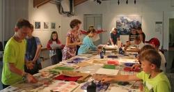 Konzentriert arbeiteten die Schüler im Hans-Eisenmann-Haus unter Anleitung von Verena Schönhofer an ihren Kunstwerken. (Foto: Nina Felsmann/Nationalpark Bayerischer Wald)