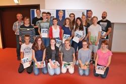 Nach der spannenden Ergebnispräsentation im Hans-Eisenmann-Haus stellten sich die Schüler mit ihren Betreuern zum Erinnerungsfoto auf.  (Foto: Gregor Wolf/Nationalpark Bayerischer Wald)