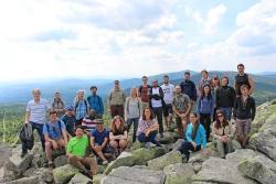 Beim international besetzten Workshop verschafften sich die Teilnehmer am Lusengipfel selbst ein Bild des zu vermessenden Nationalparks Bayerischer Wald.  (Foto: Nationalpark Bayerischer Wald)