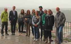 Nach dem Treffen der sieben Umweltpraktikanten ging's noch auf die Veste Oberhaus, auch wenn das regnerische Wetter nicht den besten Blick auf Passau ermöglichte.  (Foto: Naturpark Bayerischer Wald)
