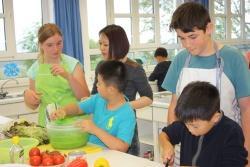 Selbst Hand anlegen durften die Pekinger Kinder beim Ausflug in die Mittelschule Hohenau, wo gemeinsam mit Hohenauer Schülern ein Drei-Gänge-Menü gekocht wurde. (Foto: Nationalpark Bayerischer Wald)