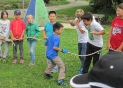 Spielerisch natürliche Zusammenhänge begreifen stand für die chinesischen Gäste bei Aktivitäten am Jugendwaldheim im Vordergrund – zusammen mit Schülern aus Niederbayern.  (Foto: Nationalpark Bayerischer Wald)