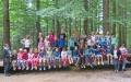 Zum Gruppenfoto versammelten sich die Ferienprogramm-Teilnehmer mit ihren Betreuern auf einer überdimensionierten Wippe im Waldspielgelände des Nationalparks Bayerischer Wald. (Foto: Kerstin Kandelbinder)