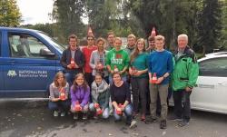 Nach den Übungsfahrten mit den Nationalpark-Dienstfahrzeugen gab's ein Gruppenfoto mit Sicherheitstrainer Josef Winderl (rechts). (Foto: Gregor Wolf/Nationalpark Bayerischer Wald)