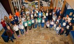 Gruppenfoto mit Urkunde: Der 20. Junior-Ranger-Jahrgang mit Rangern und Ehrengästen im Hans-Eisenmann-Haus. (Foto: Steffen Krieger)