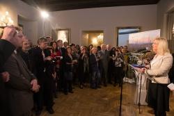 Eröffnet wurde die Ausstellung auf einer Vernissage in der Repräsentanz des Freistaats Bayern von Umweltministerin Ulrike Scharf. (Foto: Martin Svozílek)