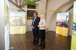 Nationalparkleiter Franz Leibl führte Umweltministerin Ulrike Scharf durch die Ausstellungsräume, die ab 23. Oktober für Besucher frei zugänglich sind. (Foto: Martin Svozílek)