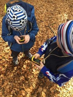 Beim Ferienprogramm des Nationalparks wird der wilde Wald auch mit GPS-Geräten erkundet. (Foto: Paula Moosbauer/Nationalpark Bayerischer Wald)