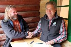 In der jüngst renovierten Racheldiensthütte unterzeichneten die Nationalparkleiter Pavel Hubený (links) und Franz Leibl die dritte gemeinsame Kooperationsvereinbarung. (Foto: Gregor Wolf/Nationalpark Bayerischer Wald)