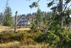 Das Waldschmidthaus am Fuße des Rachelgipfels blieb heuer geschlossen. Das soll sich so bald wie möglich wieder ändern. (Foto: Franz Leibl/Nationalpark Bayerischer Wald)