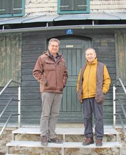 Um die Hausnummer 30 in Klingenbrunn/Bahnhof – das Waldschmidthaus – kümmert sich nun nicht mehr Hans Genosko (rechts), sondern der Nationalpark Bayerischer Wald um dessen Leiter Franz Leibl. (Foto: Elke Ohland/Nationalpark Bayerischer Wald)