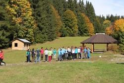 Umweltpraktikanten sind im Nationalpark vor allem im Bereich Umweltbildung eingesetzt – wie hier bei der Gruppenarbeit im Wildniscamp am Falkenstein. (Foto: Gregor Wolf/Nationalpark Bayerischer Wald)