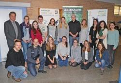 Die Teilnehmer des P-Seminars stellten ihre Videos im Beisein von Lehrerin Jana Aschenbrenner (hinten, 2. von links) sowie Nationalparkleiter Franz Leibl (hinten links) und weiteren Nationalpark-Mitarbeitern vor. (Foto: Gregor Wolf/Nationalpark Bayerischer Wald)