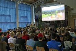 In der Aula bestaunten die 10 Klassen des Gymnasiums die vier Videos ihrer älteren Mitschüler. In einem der Clips spielen zwei Schnecken die Hauptrollen. (Foto: Gregor Wolf/Nationalpark Bayerischer Wald)