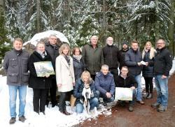 Vertreter der Schulen und des Nationalparks freuten sich über die großzügige Spende von Lusenwirt Heinz Duschl (rechts). (Foto: Sandra Schrönghammer/Nationalpark Bayerischer Wald)