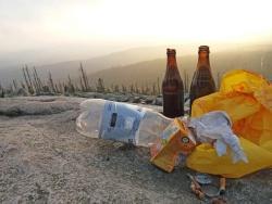 Müll abladen ist in der Nationalpark-Natur tabu. Um dafür zu sensibilisieren, soll nächstes Jahr eine Kampagne zur Abfallvermeidung gestartet werden. (Foto: Nationalpark Bayerischer Wald)