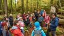 Bei regelmäßigen Fortbildungen, wie hier mit dem Nationalpark-Mykologen Claus Bässler, frischen die Waldführer ihr Wissen über die wilde Natur auf. (Foto: Thomas Michler/Nationalpark Bayerischer Wald)