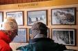 In der Lindberger Schachtenhütte sind einige Fotos vom früheren Leben der Holzhauer zu bestaunen. (Foto: Gregor Wolf/Nationalpark Bayerischer Wald)