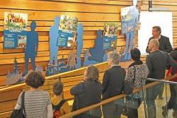 Nationalparkleiter Franz Leibl präsentierte den Vertretern der Nationalpark-Schulen den neuen Ausstellungsbereich im Haus zur Wildnis. (Foto: Elke Ohland/Nationalpark Bayersicher Wald)