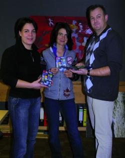 Die handliche farbige Broschüre wurde von der Agentur Rudi Mautner in Grafenau druckfrisch an Britta Baums (links) und Sandra de Graaf übergeben. Foto: Mautner