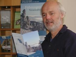 Lukas Laux, der Bildungsreferent der Nationalparkverwaltung Bayerischer Wald, mit dem neuen Veranstaltungsprogramm. Foto: Rainer Pöhlmann