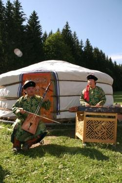 Mongolische Musiker vor der Jurte im Wildniscamp am Falkenstein.