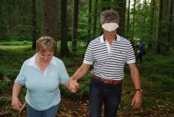 Mit gegenseitigem Vertrauen in die Zukunft: Frau Reischel von der Commerzbank und Herr Paintmayer von der Dresdener Bank beim gemeinsamen Blindenspaziergang.