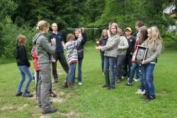 Kinder einer oberösterreichischen Hauptschule simulierten im Jugendwaldheim des Nationalparks Bayerischer Wald die Wirkungsweise der Wildtier-Telemetrie.Foto: Rainer Pöhlmann