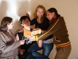 """Jugendliche spielen das Stück """"Die Gesänge der Blauen Säule"""".Foto: Archiv NPV"""