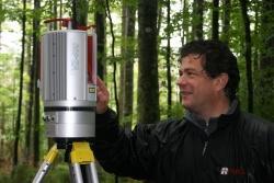 Nikolaus Studnicka von der österreichischen Firma Riegl erklärt die Arbeitsweise eines terrestrischen Laserscanners zur Aufnahme von Waldstrukturen.Foto: Rainer Pöhlmann