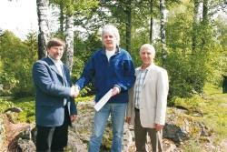Nationalparkleiter Karl Friedrich Sinner (links) und Personalratsvorsitzender Bruno Schwarz (rechts) gratulierten Forstamtmann Arthur Reinelt zum 25jährigen Dienstjubiläum.Foto: Rosalinde Pöhlmann