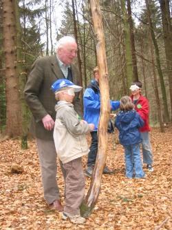 Eine tolle Idee: Mit dem Opa den Geburtstag im Waldspielgelände zu feiern.Foto: Archiv NPV