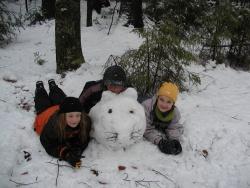 Zwei Kinder mit Schneefigur.Foto: Archiv NPV