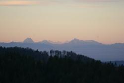 Zwischen dem markanten Doppelgipfel des Watzmanns (2713 m) und dem Hochkalter (2608 m) ragten das Große Wiesbachhorn (3564 m) und der Großglockner (3798 m) empor.Foto: Rainer Pöhlmann