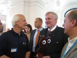 Ministerpräsident Seehofer (Mitte) mit Glaseule, überreicht von Lukas Laux (links) und Bürgermeister Zettner (rechts).Foto: Johannes Wenzel