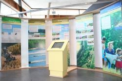 Mit übersichtlich gestalteten Informationstafeln und einem Terminal im Zentrum zur Selbstbedienung präsentiert sich die Ausstellung im Haus zur Wildnis.Foto: Josef Schönberger