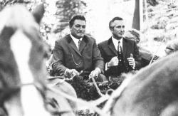 Bei der Eröffnungsfeier des Nationalparks Bayerischer Wald am 7. Oktober 1970 ließ sich Staatsminister Dr. Hans Eisenmann (rechts) von Peter Wernsdorfer mit der Pferdekutsche durch den Wald fahren.Foto: Archiv NPV