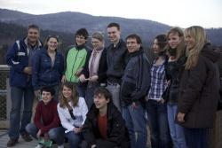 Die deutsch-tschechische Studentengruppe auf dem Baumwipfelpfad. Links: Prof. Dr. Andreas Michler